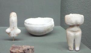 Νεολιθικά ειδώλια στο Μουσείο Διρού. Φωτο Χαρίτα Μήνη