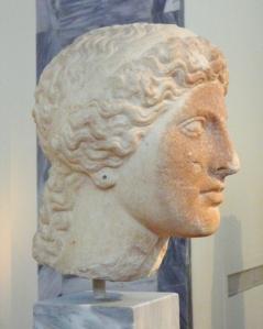 Η Ήρα, κατά το μύθο, έφερε στον κόσμο τον Ήφαιστο μέσω παρθενογένεσης. Κεφάλι αγάλματος της Ήρας από το Ηραίο του Άργους. Περ. 420 π.0. Εθνικό Αρχαιολογικό Μουσείο. Φωτο Χ. Μήνη.