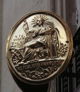 Η θεά Ελευθερία με το στέμμα του θεού Ήλιου. Ανάγλυφο που βρίσκεται στο Παρίσι.
